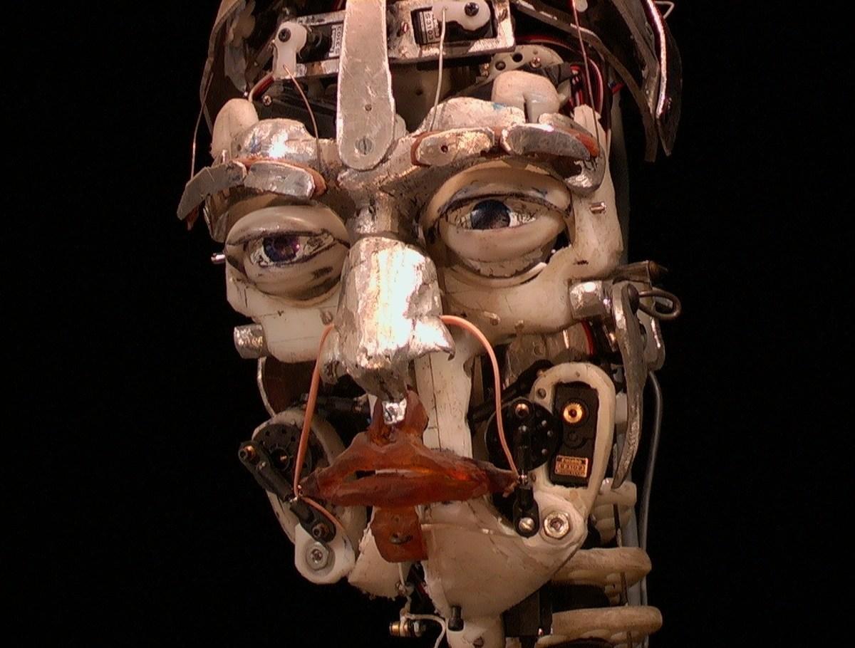 Skeletal-Reflections-de-Chico-MacMurtrie-Premio-VIDA-4.0-®-Chico-MacMurtrie-y-Amorphic-Robot-Works