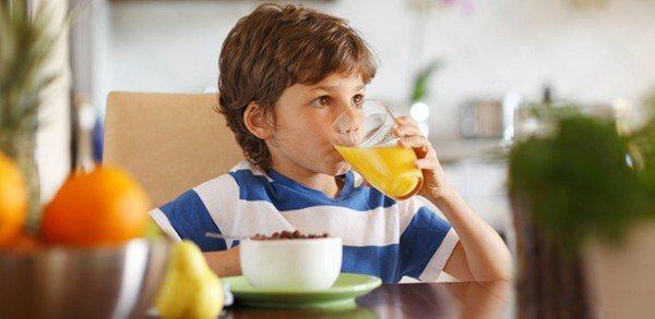 alimentos-que-ayudan-a-los-ninos-a-tomar-decisiones-saludables-niño-bebiendo-zumo