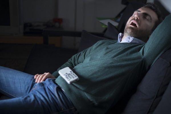 Apnea del sueno durmiendo en el sofa