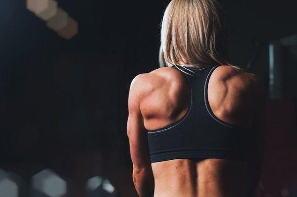 beneficios-de-la-glutamina-mujer-de-espaldas-musculos