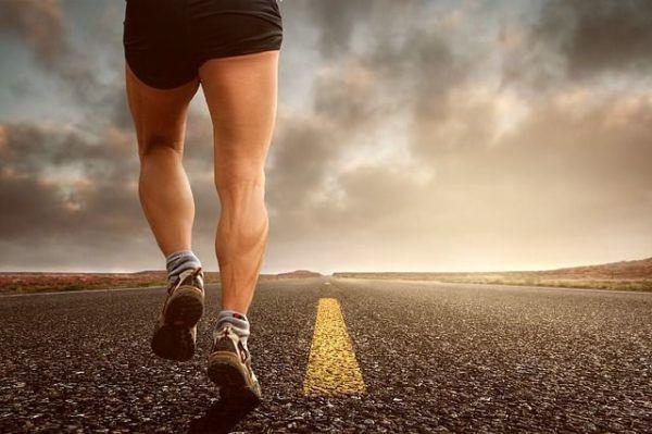 beneficios-de-la-glutamina-piernas-corredor