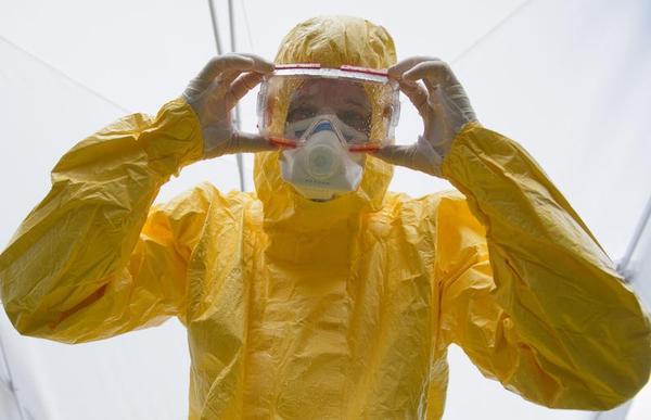 como-deben-quitarse-el-traje-los-medicos-y-auxiliares-que-les-protege-de-la-enfermedad-del-ebola-y-evitar-ser-contagiados