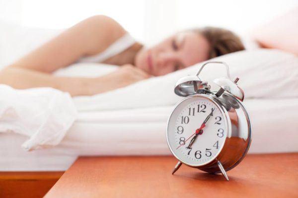 como-dormir-bien-10-trucos-para-reducir-el-insomnio-y-dormir-toda-la-noche-acuestate-a-la-misma-hora