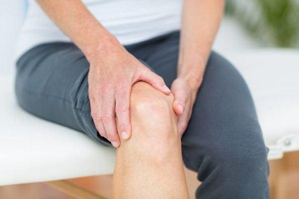 Dolor de rodilla en camilla