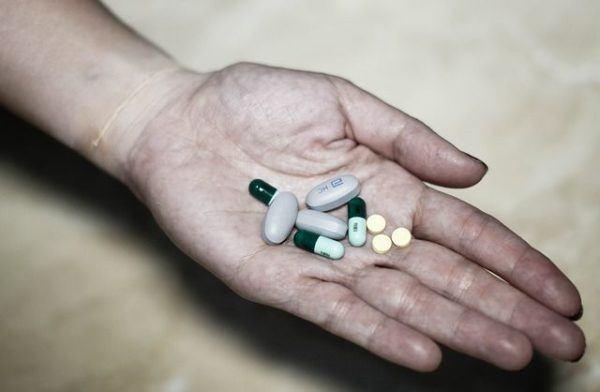 glucosamina-articulaciones-pastillas-en-mano.jpg