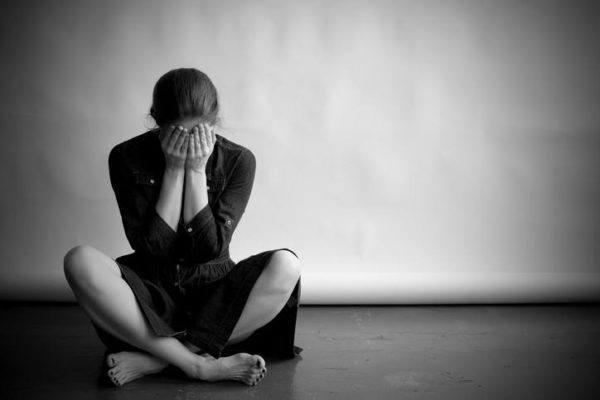 Sintomas de la depresion mujer en suelo