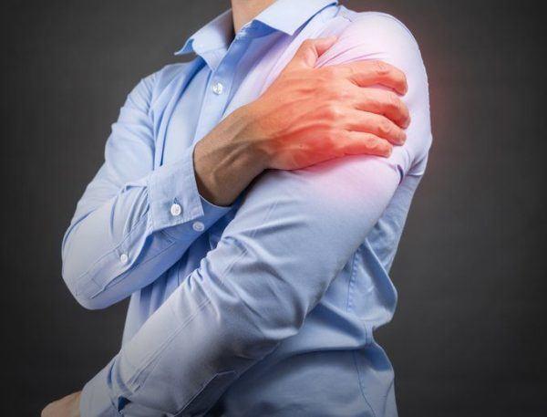 Tendinitis de hombro hombre con camisa