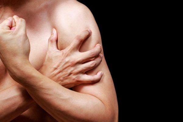 Tendinitis de hombro hombre musculoso