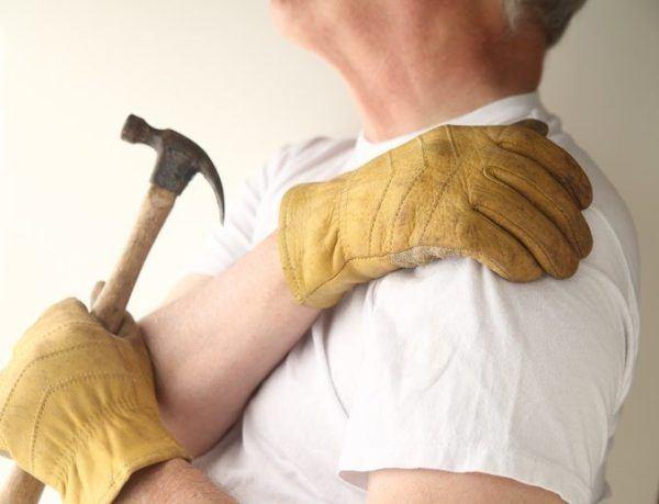 Tendinitis de hombro hombre obrero
