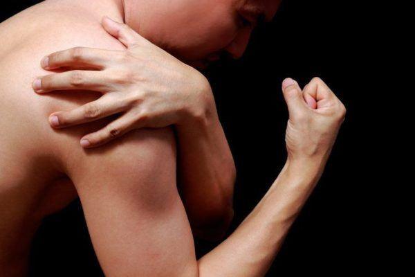 Tendinitis de hombro mano en hombro