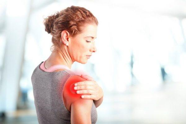 Tendinitis de hombro mujer punto rojo
